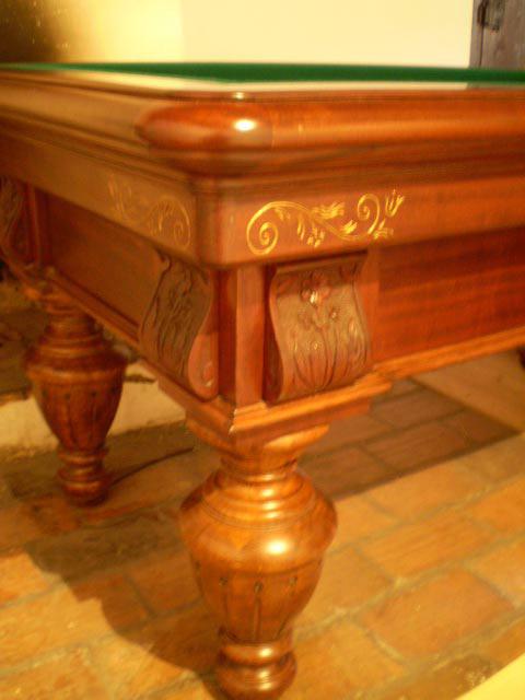 11.1 Detail karambolového stolu z mořeného a lakovaného masivního dřeva