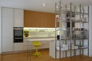 Kuchyňská linka v barevném nástřiku v kombinaci s dubovou dýhou