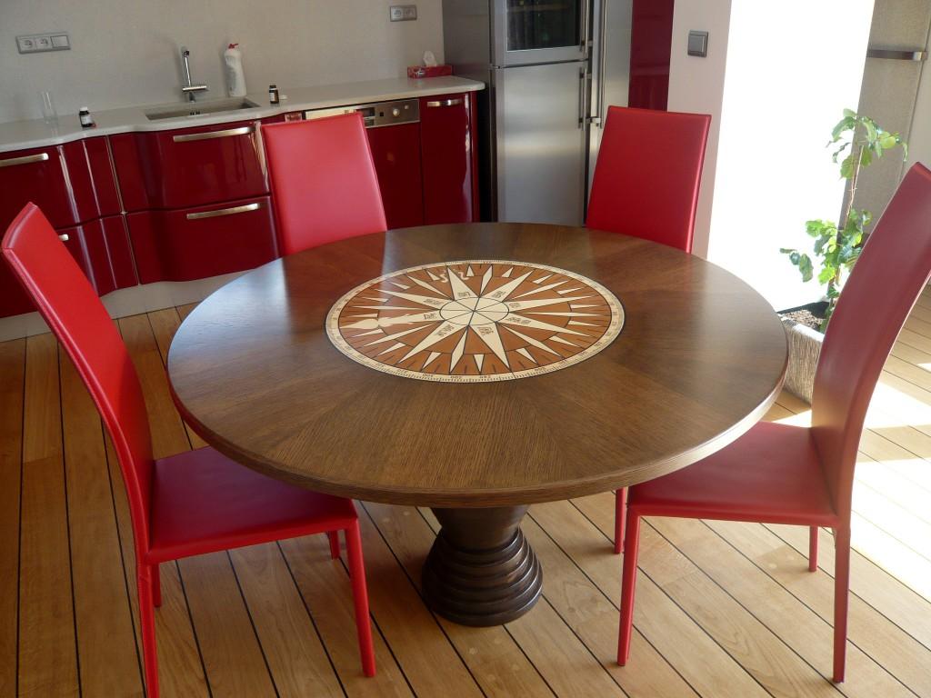 3.2 Jídelní stůl z mořené a lakované dýhy s intarzií na vrchní desce