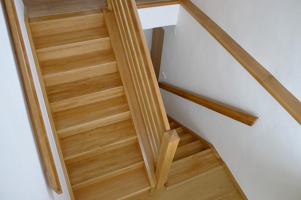 9.1 Obložení betonového schodiště dubovým lakovaným dřevem