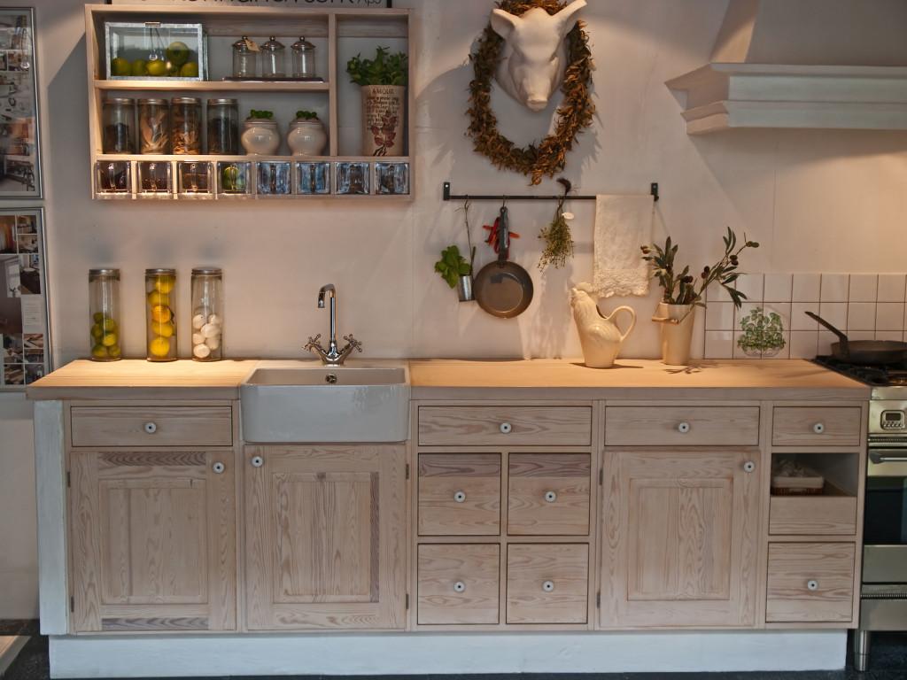 Kuchyně ve venkovském stylu ze světlého masivního dřeva.