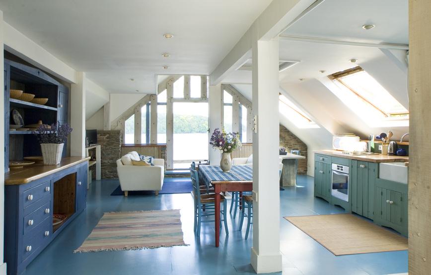 Kuchyně provence v barvách levandule v kombinaci s přírodním dřevem.