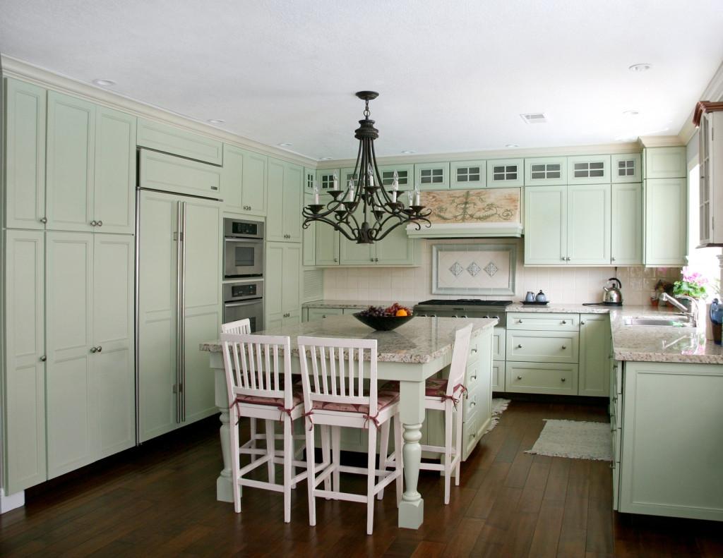 Venkovská kuchyně ve světlých pastelových barvách.