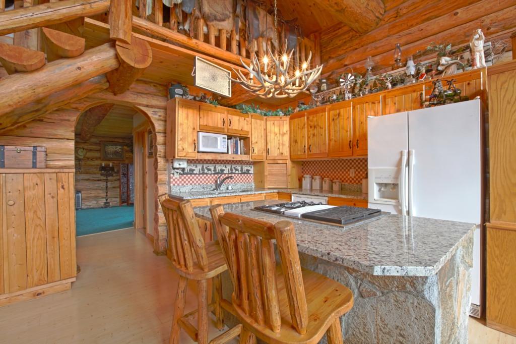 Venkovská kuchyně se středovým pultem.