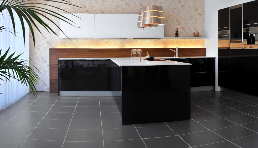 Moderní kuchyně v černém lesku.