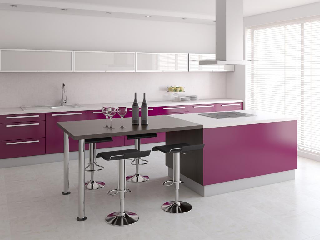 Moderní kuchyně ve fialové matné barvě.