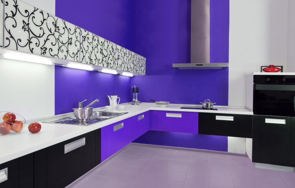 Moderní kuchyně s ornamenty a barevným dekorem.
