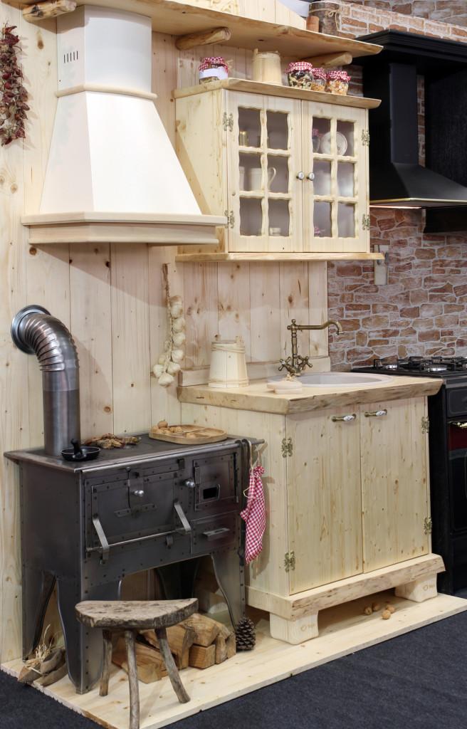 Venkovská kuchyně s klasickými kamny na dřevo.