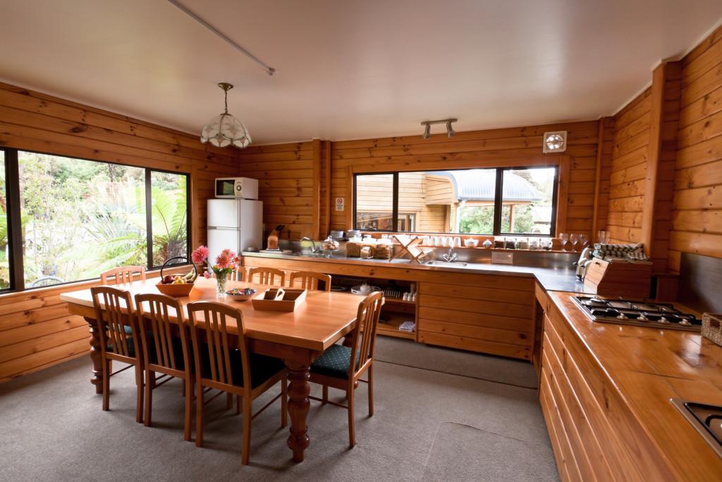 Venkovská kuchyně spojená s jídelnou.