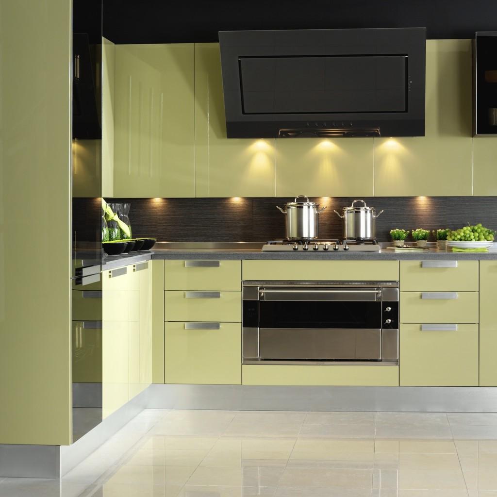 Světle zelený moderní kuchyňský kout.