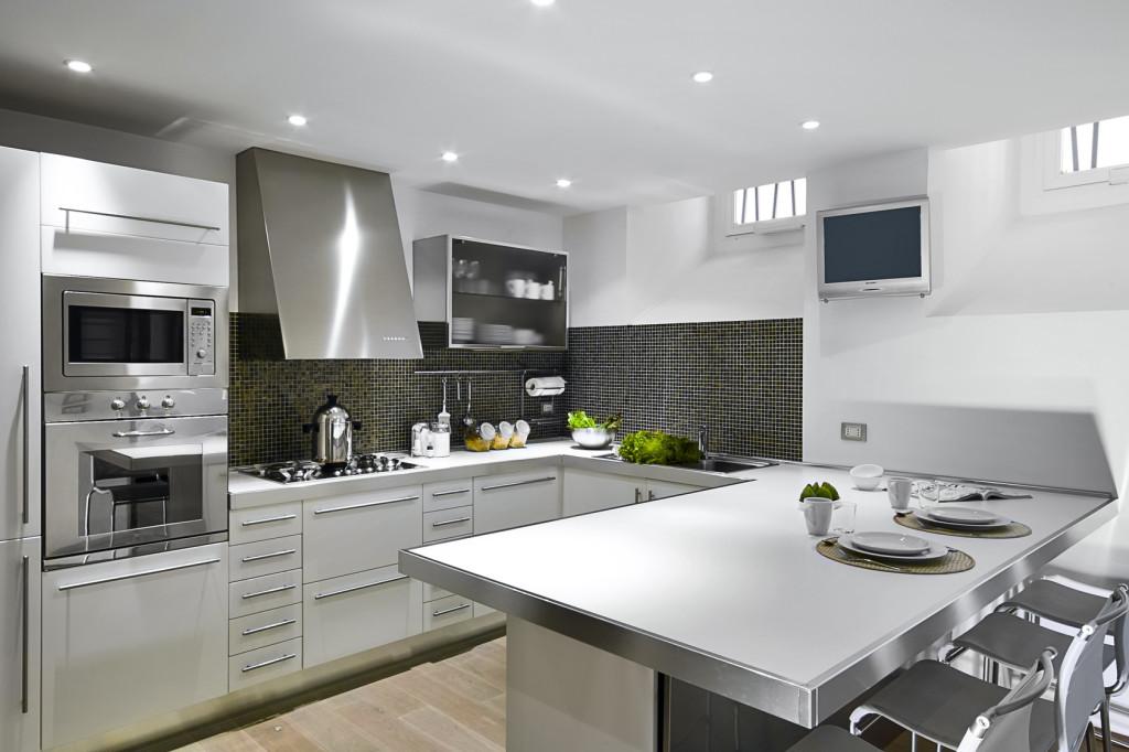 Moderní kuchyňský kout s jídelním pultem.