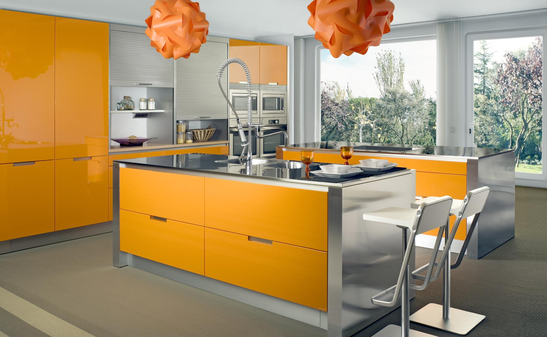 Moderní kuchyně okrové barvy se středovým pultem.
