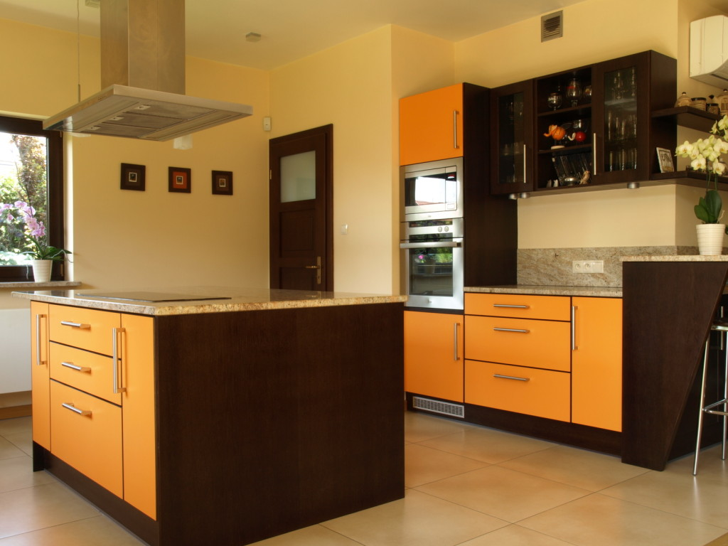 Moderní kuchyně v kombinaci hnědé a oranžové barvy.