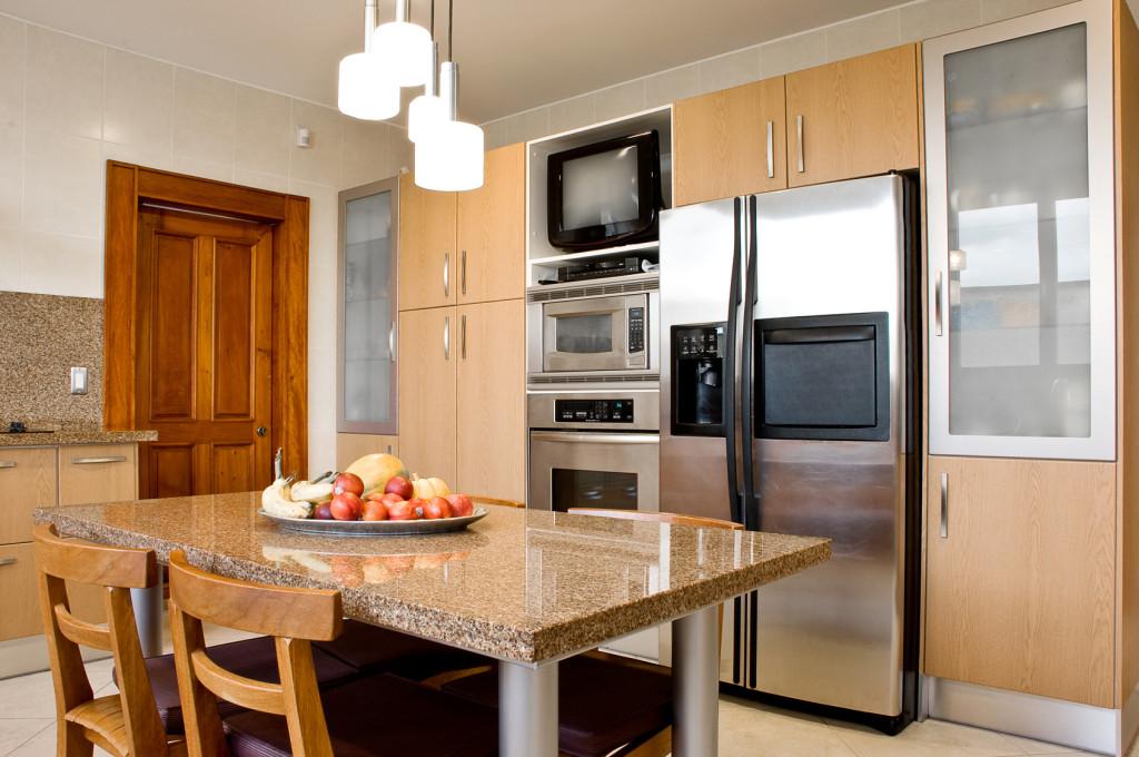 Rustikální kuchyně v kombinaci světlého dřeva a přírodního kamene.