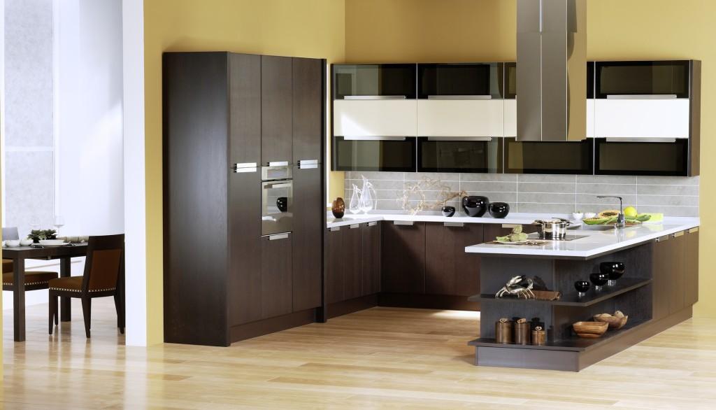 Moderní kuchyně v hnědé barvě s bílou kuchyňskou deskou.