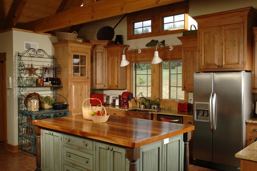 Útulná kuchyně v kombinaci masivního dřeva a barvy.