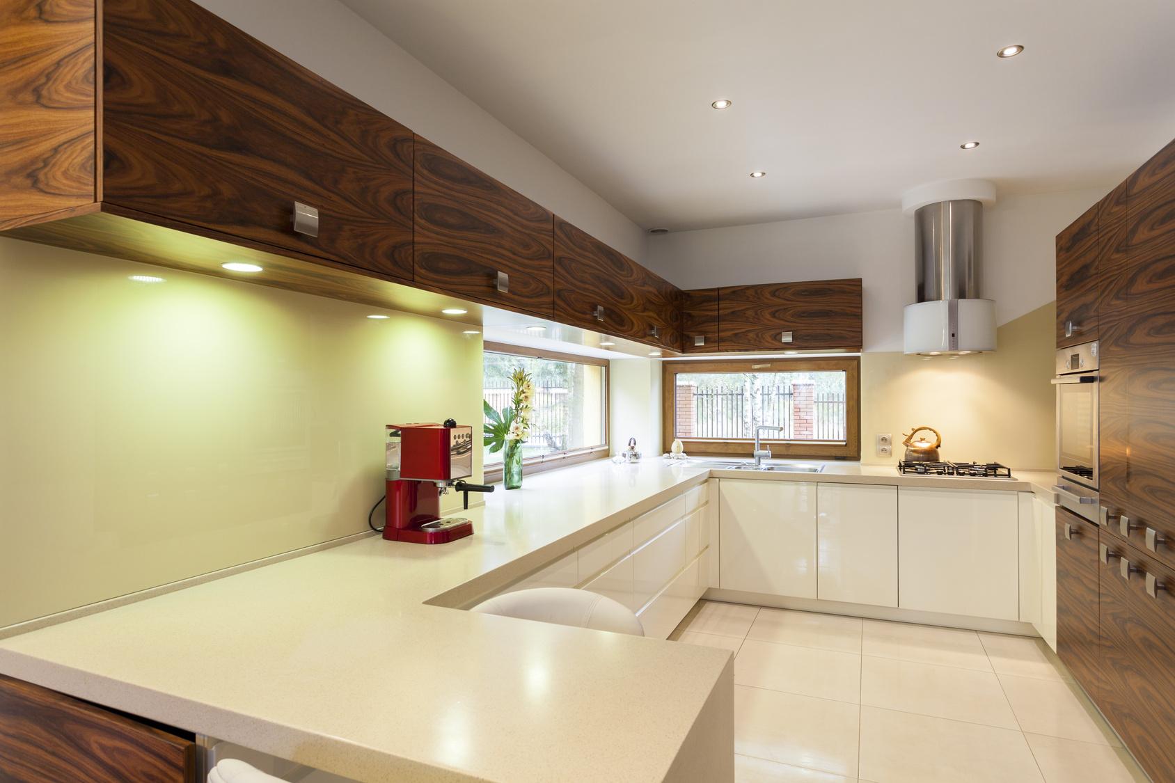 Moderní kuchyně v kombinaci dřeva a bílé barvy.