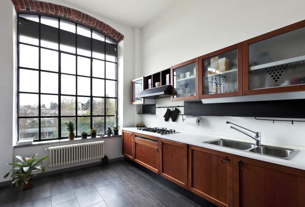 Rustikální kuchyně v kombinaci tmavého dřeva a bílé kamenné pracovní desky.
