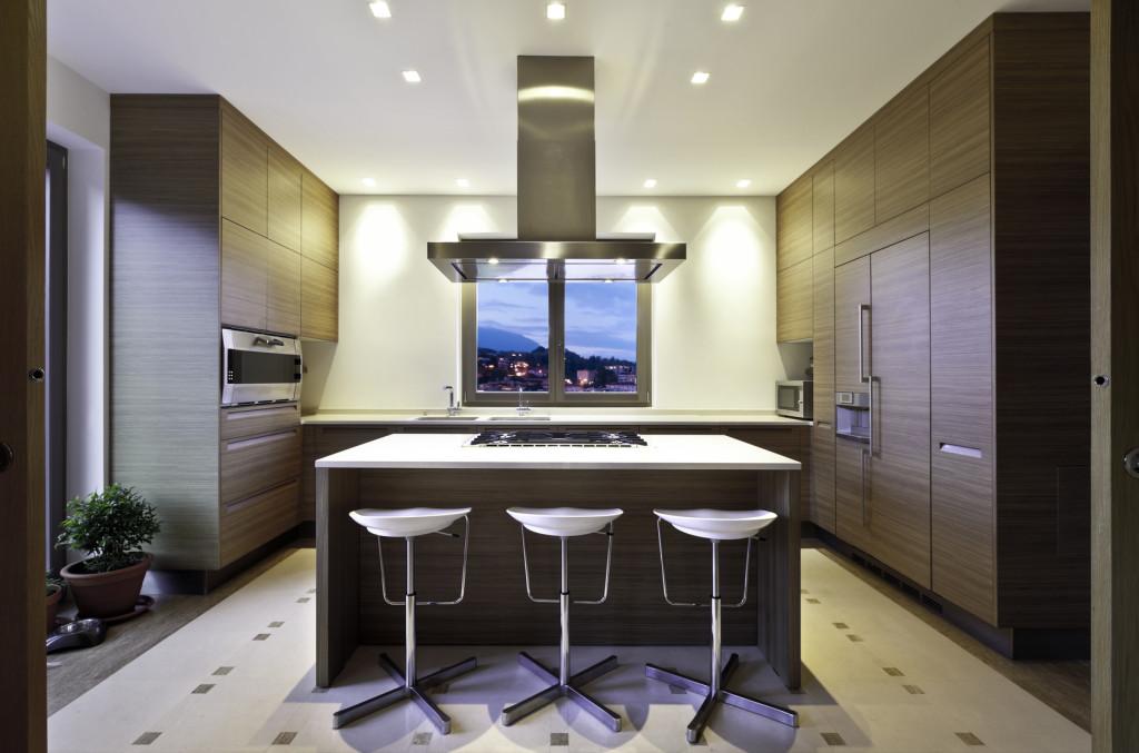 Moderní kuchyně tmavé barvy se středovým pultem
