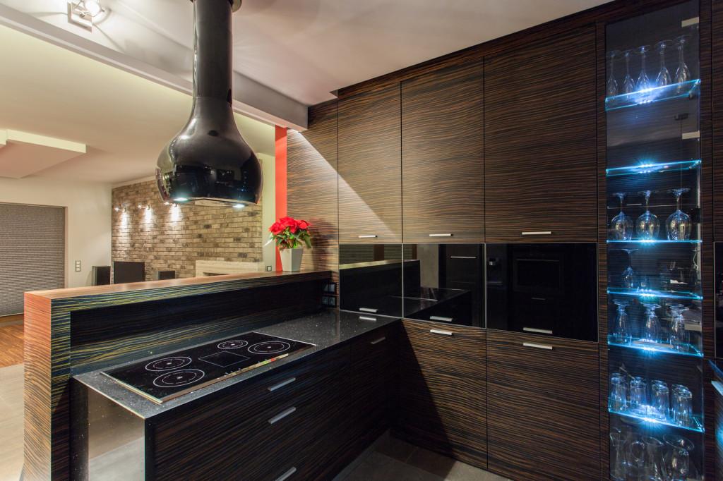 Kuchyňský kout s dekorem tmavého dřeva v moderním provedení.