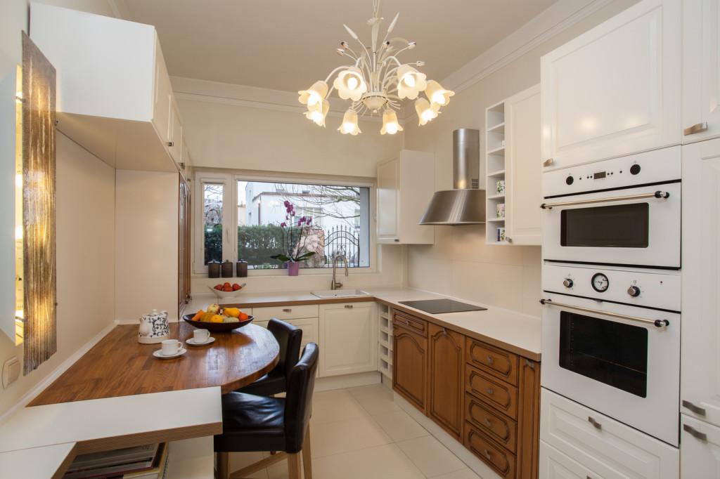 Rustikální kuchyně v kombinaci bílé barvy a masivního dřeva.