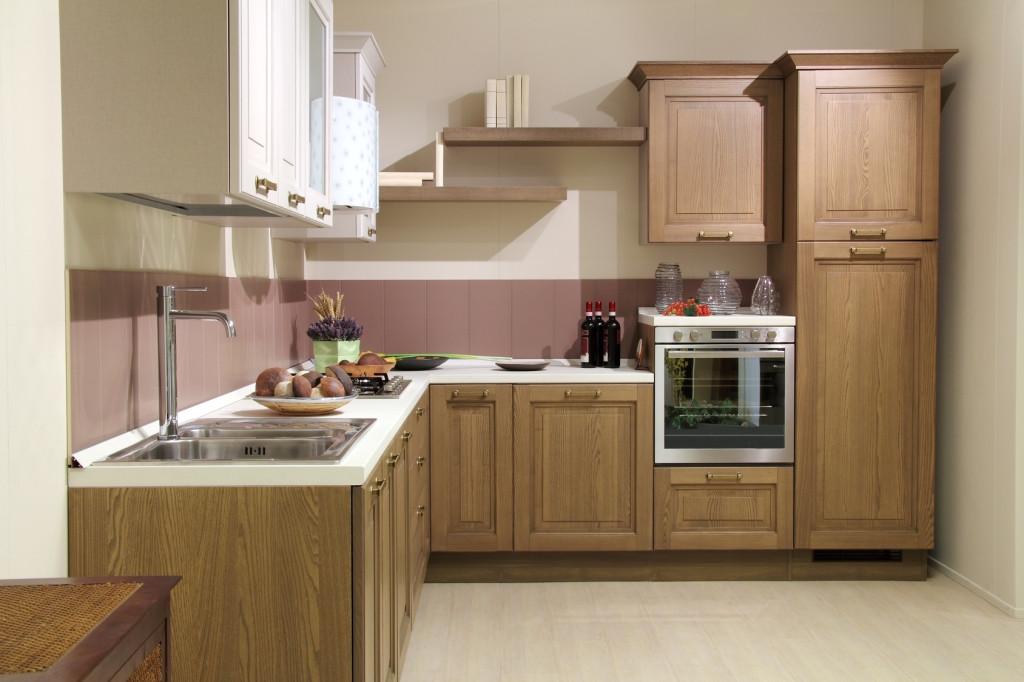 Kuchyňský kout v kombinaci světlého dřeva a bílé pracovní desky.