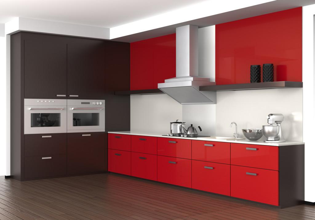 Moderní kuchyně v hnědo červené barvě s bílou deskou a obkladem.