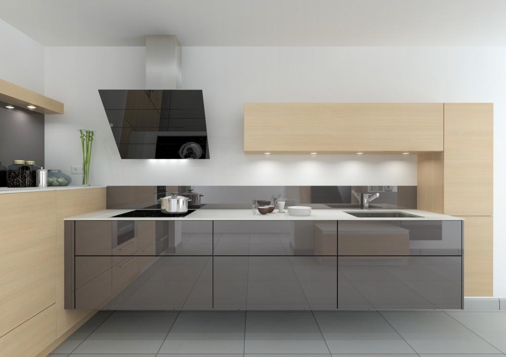 Moderní lesklá kuchyně v šedé barvě.