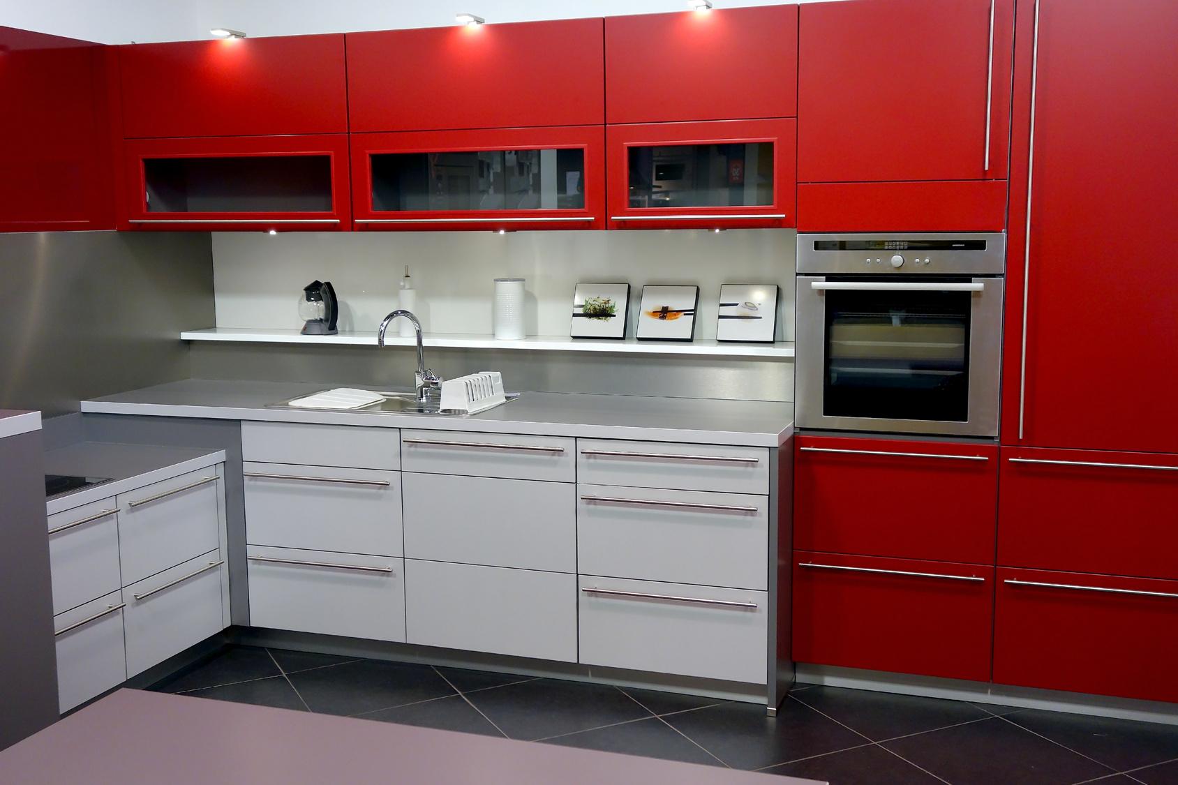 Moderní kuchyňský kout v kombinaci červené a bílé barvy.