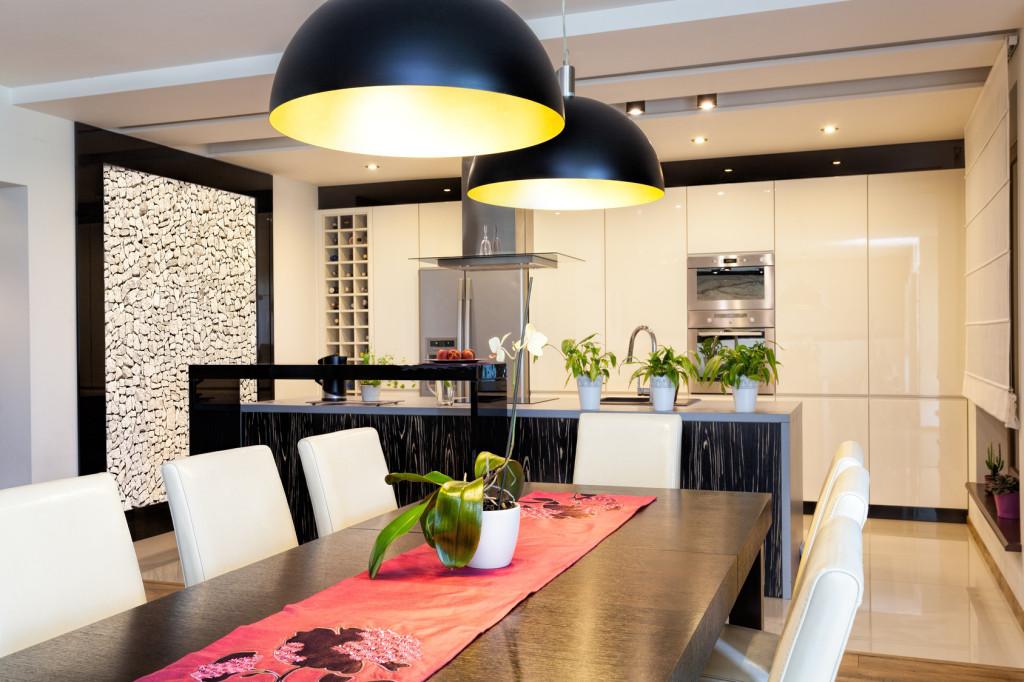 Moderní černobílá kuchyně s jídelním stolem.