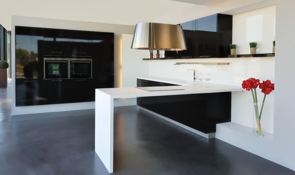 Moderní kuchyně v černobílé kombinaci.