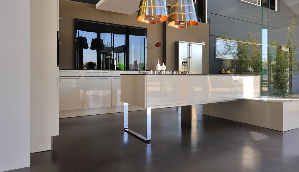 Moderní kuchyně ve světlém lesklém povrchu.