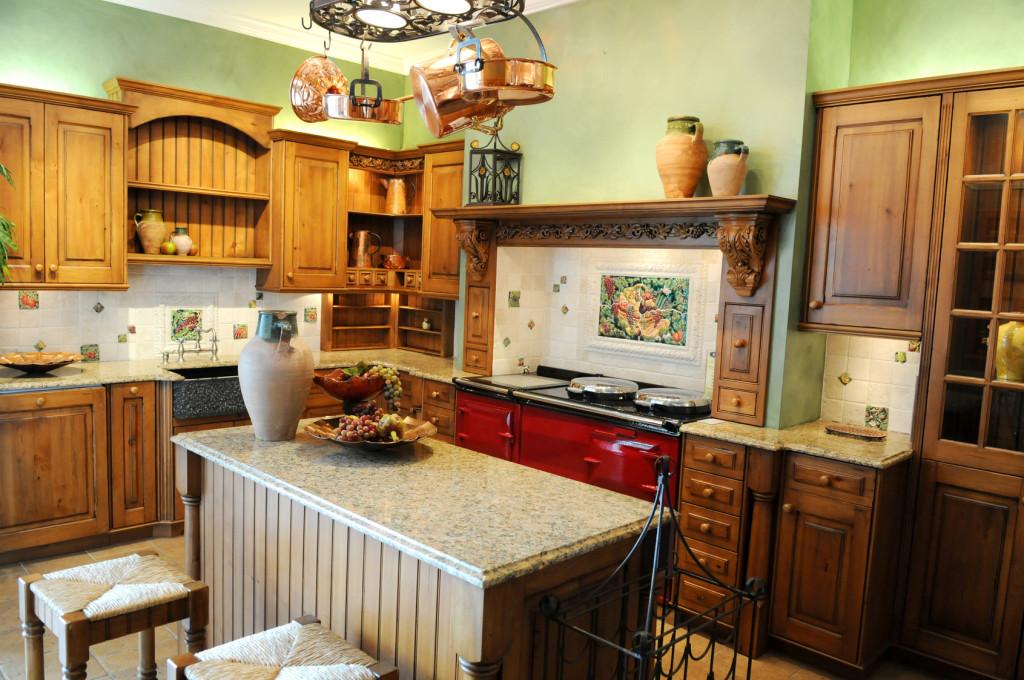 Venkovská kuchyně v kombinaci masivního dřeva a přírodního kamene.