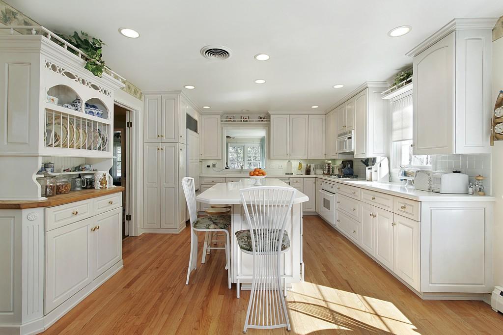 Skandinávská kuchyně v klasické kombinaci bílé barvy a přírodního dřeva.